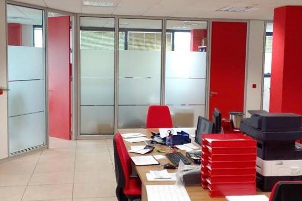 Mamparas de oficina madrid suelo t cnico forrado de for Mamparas de oficina madrid